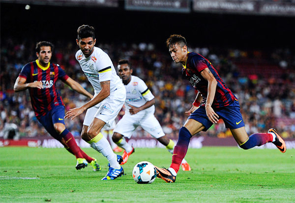 Neymar carga con el peso de la expectativa que generó su sonado pase al Barcelona luego de algunos años llenos de especulación sobre su futuro (Foto: AFP)