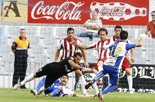 Los años de Esteban Andrés se notan en la seguridad que transmite cuando le toca exigirse bajo los tres palos en defensa del Almería (Foto: marca.com)