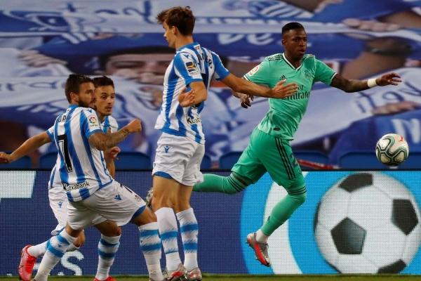 Llorente obstruye a Vinícius: penal no aparatoso pero sí claro para el Real Madrid ante la Real Sociedad. (Foto: diario El Mundo)