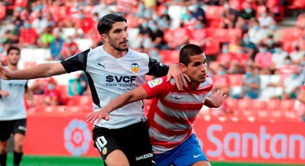 La presencia de Abram en LaLiga con el Granada es su principal argumento para buscar el retorno al once titular de Gareca. (Foto: EFE)