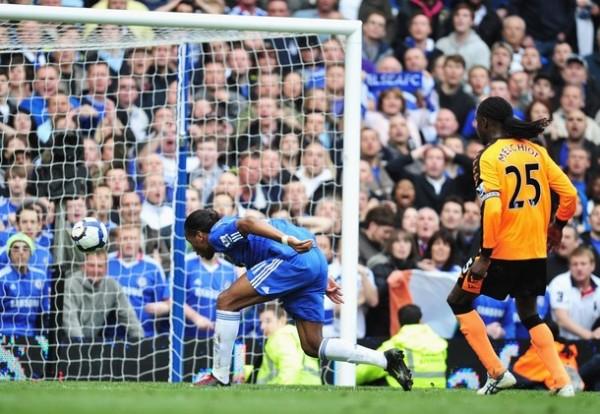 Didier Drogba y su último sello de la temporada. Sus tres goles ante Wigan lo catapultaron como el máximo goleador (Foto: AFP)