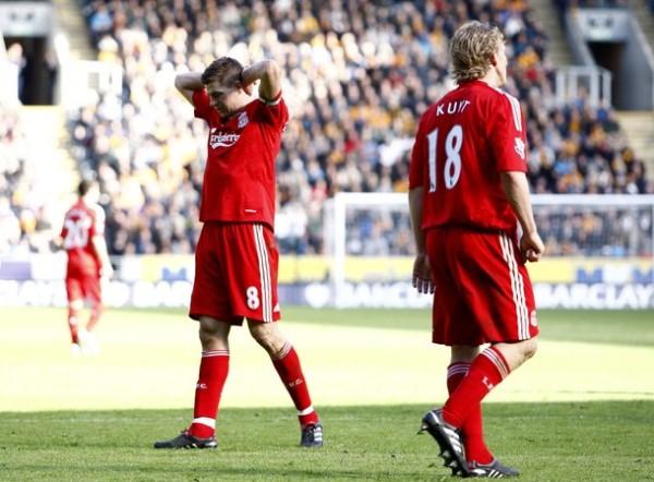 El lamento de Gerrard y Kuyt lo dice todo. Liverpool realizó una temporada para el olvido (Foto: AFP)