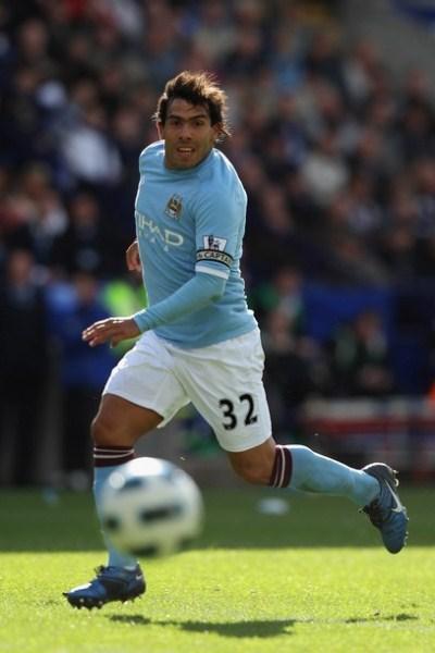 El argentino Carlos Tévez fue la referencia en ataque de un Manchester City que se coló a la Champions League. (Foto: AFP)