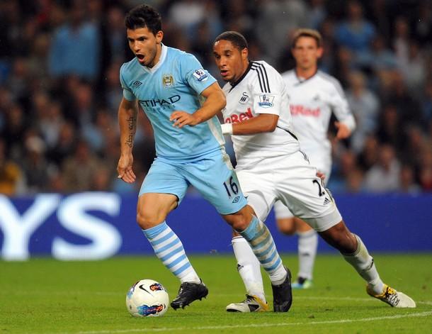 CON EL 'KUN' DE POR MEDIO. Manchester City tuvo en Sergio Agüero a su gran artifice para golear al recién ascendido Swansea City. (Foto: AFP)