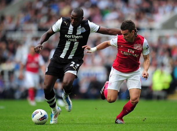 UN PUNTO QUE NO SUMA. En uno de los duelos más apáticos de la jornada inaugural, Newcastle y Arsenal no pasaron del cero en St. James Park. (Foto: AFP)