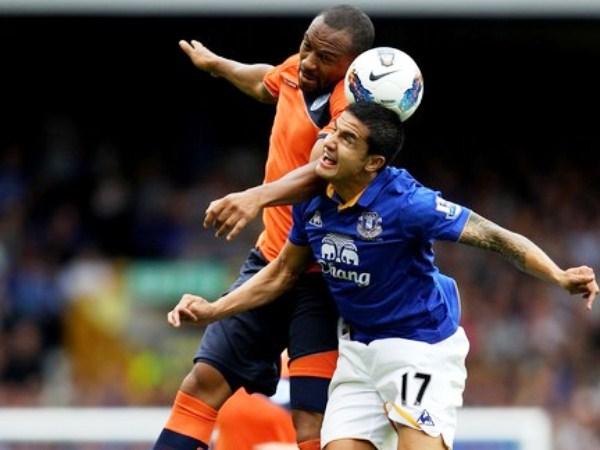 POR SOPRESA. Tim Cahill es anticipado por un defensor de Swansea. El australiano no aportó lo suficiente en el ataque de Everton. (Foto: AFP)