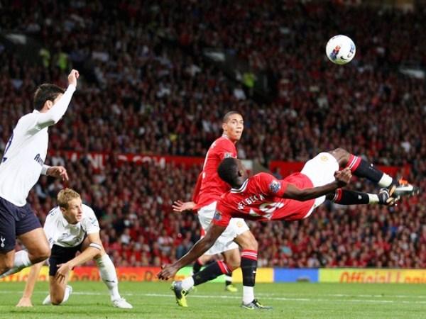 CHALACA A LA FAMA. Danny Welbeck hace una chalaca en el encuentro ante Tottenham, pero lastimosamente no pudo convertir. (Foto: AFP)