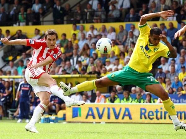 NO HAY ESPACIO. Norwich City y Stoke quedaron igualados en un partido con pocos espacios por las defensas muy cerradas que presentaron. (Foto: AFP)