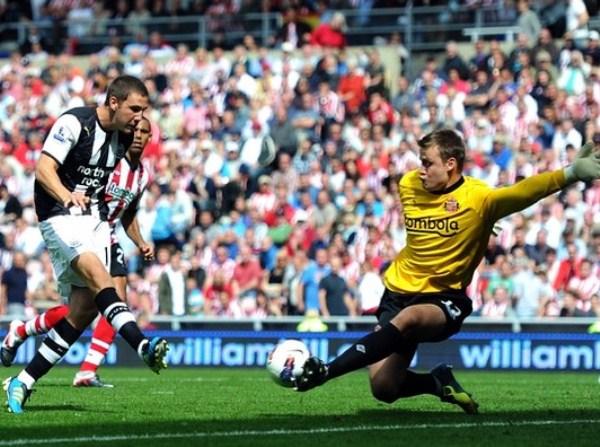 LA DE DIOS. Simon Mignolet evita el tanto de Newcastle. Sin embargo, el portero belga no podría hacer mucho para proteger su valla de la caída, minutos después. (Foto: AFP)