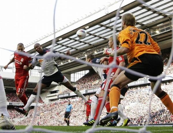 ¿NÚMEROS EN ROJO? Liverpool trepó al tercer lugar de la tabla tras imponerse 3-1 ante el Bolton. (Foto: AFP)
