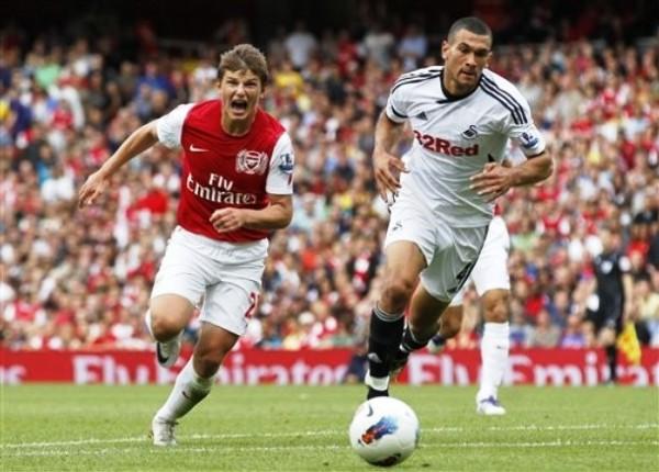 SONRISA RUSA. Arsenal se dio un respiro al vencer por la minima diferencia a Swansea City en el Emirates Stadium. (Foto: AP)