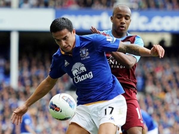 PEGADOS. Everton y Aston Villa regalaron el parido de la fecha, pues empataron en un encuentro lleno de emociones y buenos goles. (Foto: AP)