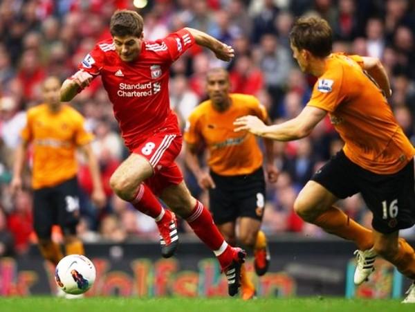 FIGURA DIFÍCIL. Steven Gerrard hizo un buen partido ante Wolverhampton, equipo al que vencieron por la mínima diferencia con gol de Luis Suárez. (Foto: AFP )