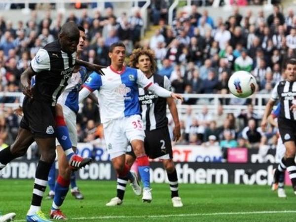 BRILLÓ: Demba Ba fue la figura del encuentro entre Newcastle y Blackburn. El africano se lució con dos tantos, uno de ellos con golpe de cabeza. (Foto: AFP )