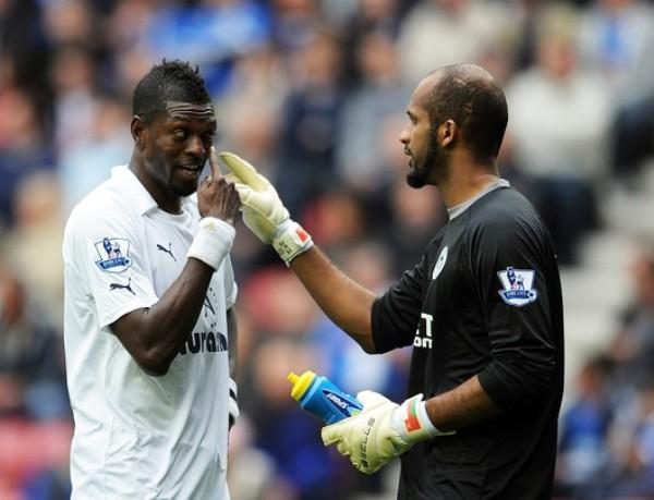 MUCHO CUIDADO. Emmanuel Adebayor parece advertirle al arquero de Wigan sobre alguna jugada peligrosa que este propicio. El togolés aportó mucho para la victoria de Tottenham como visitante. (Foto: AFP )