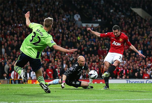 Van Persie definió así el título para el United contra el Aston Villa. (Foto: AFP)
