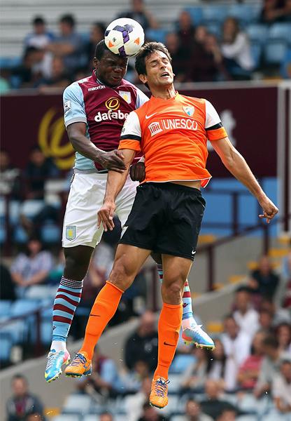 Jores Okore va con todo en defensa del Aston Villa como aquí contra Roque Santacruz en un amistoso de pretemporada (Foto: AFP)