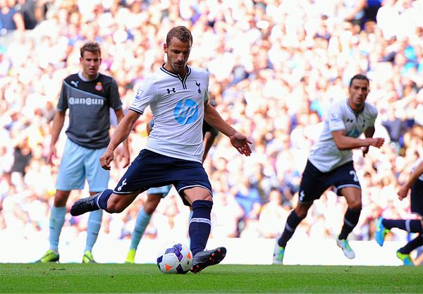 Roberto Soldado parte como la mayor fuerza ofensiva de un Tottenham que busca asentarse como candidato esta temporada (Foto: AFP)