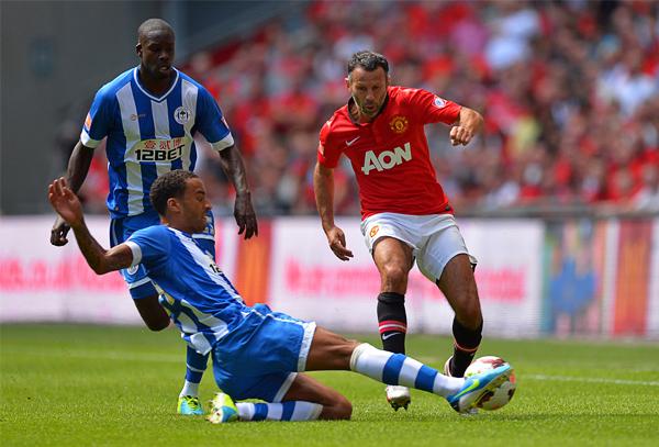 La palabra retiro no está en el diccionario de Ryan Giggs que sigue dándole al balón con el Manchester United (Foto: AFP)