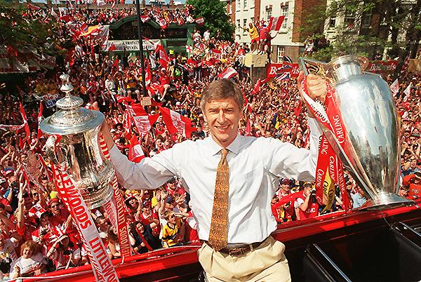 Arséne Wenger levanta los trofeos de la Premier League y la FA Cup. (Foto: Getty Images)