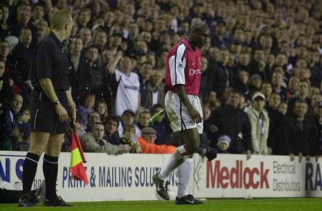 Uno de los tantos enfrentamientos en que Campbell recibió un trato hostil en el White Hart Lane. (Foto: Daily Mail)