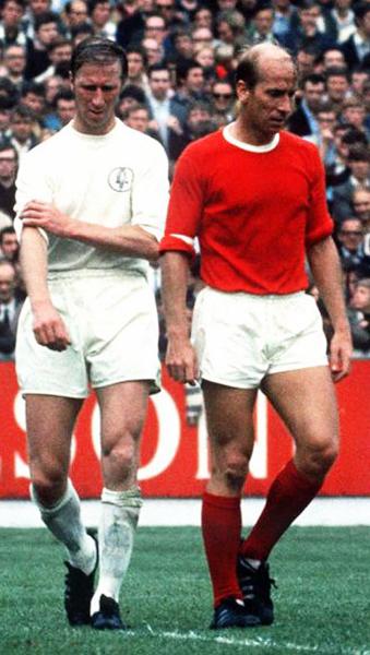 Jackie Charlton con la camiseta del Leeds United enfrentando a su hermano Bobby, con la roja del Manchester United, en una de las tantas veces que fueron rivales en Inglaterra (Foto: VPA)