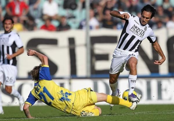 UNA CAÍDA MÁS. El Siena no tuvo contemplaciones y derrotó por 4-1 al Chievo de Rinaldo Cruzado. (Foto: AP )