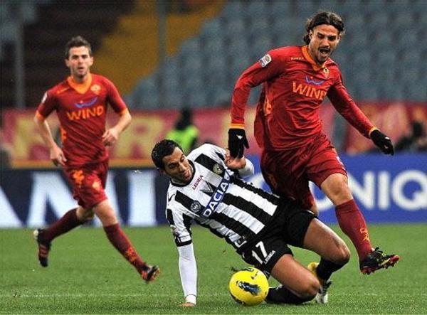 CARA Y SELLO. Mientras el Udinese se mantiene como escolta de la Juventus tras imponerse con claridad 2-0 a la Roma, el conjunto de la capital vive duros momentos futbolísticos. (Foto: AP)