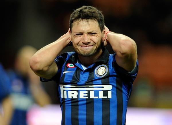 Mauro Zárate y una expresión que grafica la dura temporada que le tocó sufrir a un equipo que hasta hace poco fue el mejor de Europa (Foto: AFP)
