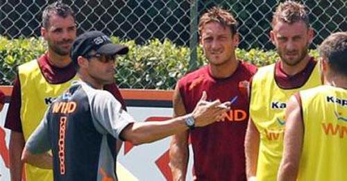 El inicio de la Roma no ha sido el ideal tras su eliminación de la Europa League. Desde ya se conocen los problemas entre el nuevo técnico, Luis Enrique, y el capitán y emblema del equipo, Francesco Totti (Foto: AP).