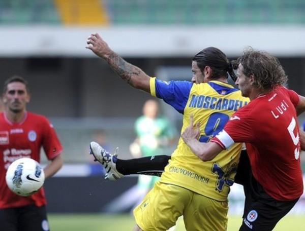 SE QUEDARON DORMIDOS. El Chievo Verona de Rinaldo Cruzado no pudo aprovechar una ventaja inicial de dos goles  terminó igualando 2-2 ante el recién ascendido Novara. (Foto: AP )