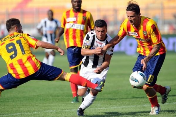 SE LES PASÓ. Lecce se vio sorprendido por el Udinese y cayó 0-2 en condición de local. No fue el debut esperado por los Giallorossi. (Foto: AP )