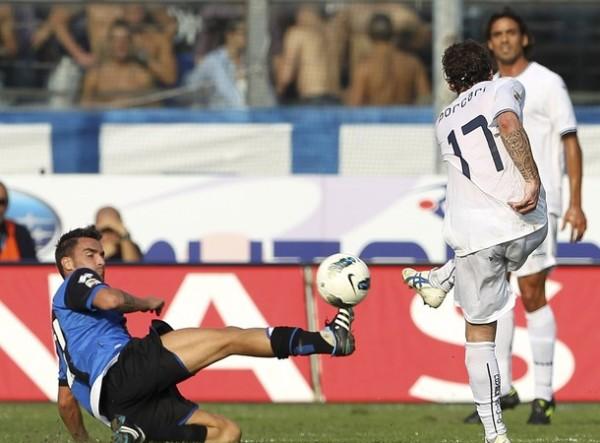 MELLIZOS. Atalanta venció ncon tantos de Schelotto y Luca Cigarini a Novara por 2-1. La visita recién descontó sobre el final. (Foto: AP )