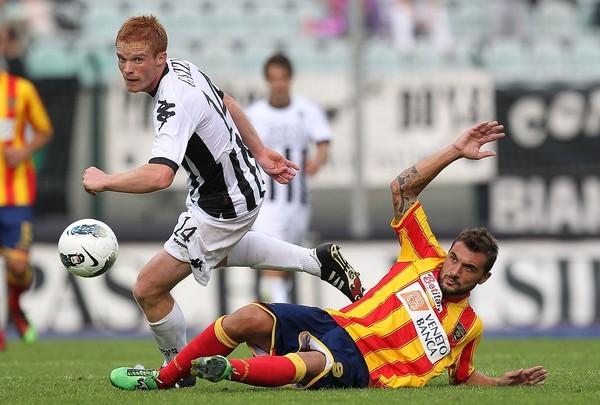 TRES VASOS AL DÍA. Siena goleó a Lecce por 3-0. El cuadro listado tuvo como figura a Emanuele Calaio. (Foto: AP )