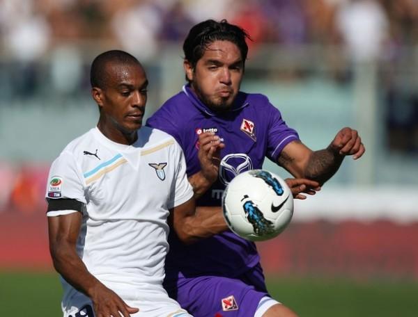 IRREGULAR JUEGO. Con Juan Vargas en la cancha, la 'Fiore' no pudo contra Lazio y cayó en casa por 1-2. (Foto: AP )