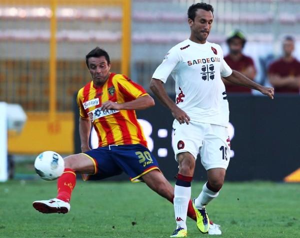 SIGUE ABAJO. Lecce sumó una nueva derrota en condición de local tras caer 0-2 ante el Cagliari. (Foto: AP )