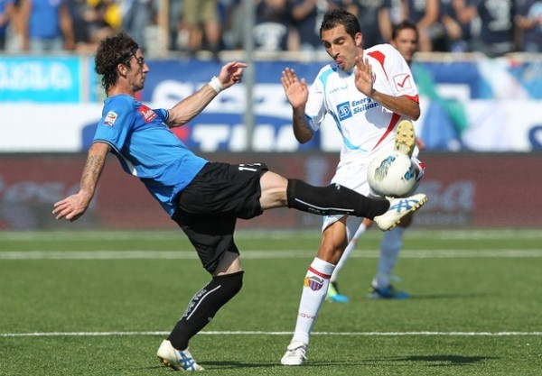 LLUVIA DE GOLES. Novara y Catania repartieron puntos tras igualar 3-3 en un emotivo partido. (Foto: AP )