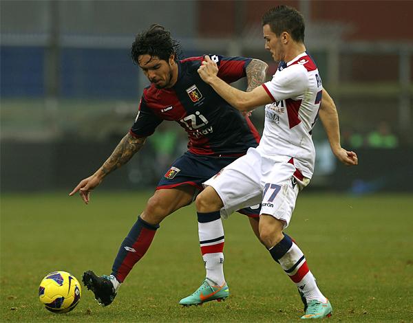 Superados sus problemas físicos, Vargas tiene en el Genoa un equipo en el cual volver a ser importante en el Calcio si se lo propone (Foto: AFP)