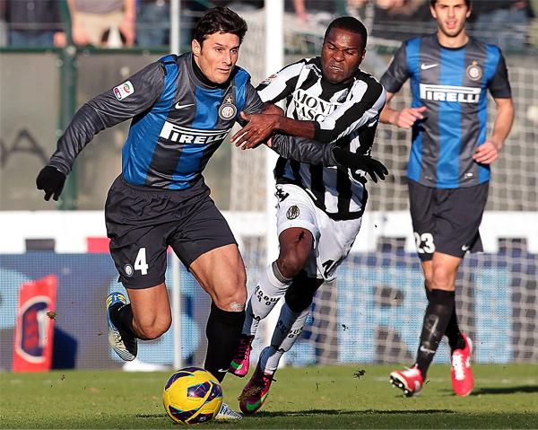 Javier Zanetti parece eterno jugando por el Inter que mantiene la confianza sobre su capitán por una temporada más (Foto: AFP)
