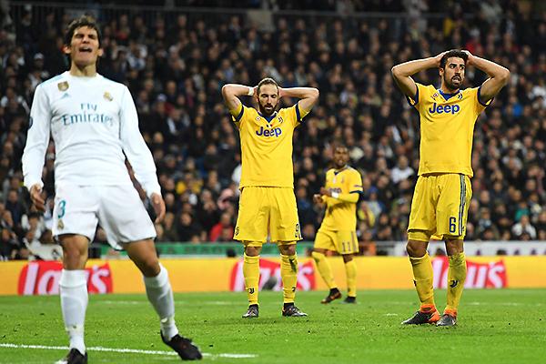 Gonzalo Higuaín y Sami Khedira en una de esas postales de la Juventus cada vez que se enfrentó al Real Madrid en series de ida y vuelta por Champions. (Foto: AFP)