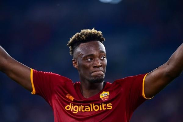 El inglés Abraham, esperanza de goles para la Roma de Mourinho. (Foto: AFP)