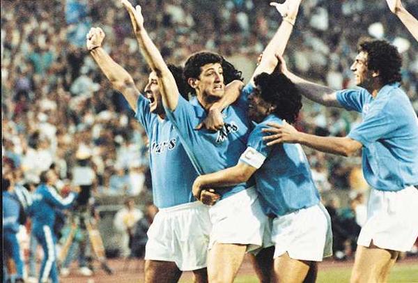 Ciro Ferrara brazos en alto y abrazado por Diego Maradona durante su exitosa etapa con Napoli (Foto: spazioj.it)