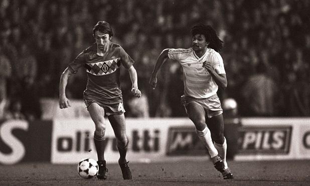 Bélgica y Holanda se enfrentan en la Eliminatoria México 1986. El cuadro rojinegro eliminó a un elenco tulipán con un joven Ruud Gullit. (Foto: The Guardian)