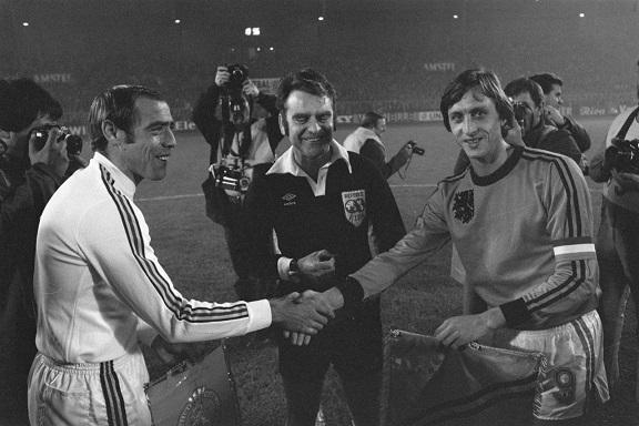 Raoul Lambert y Johan Cruyff, capitanes de Bélgica y Holanda en la penúltima fecha de las Eliminatorias Argentina 1978. El duelo terminó 0-1 a favor de la 'Naranja Mecánica'. (Foto: UEFA)