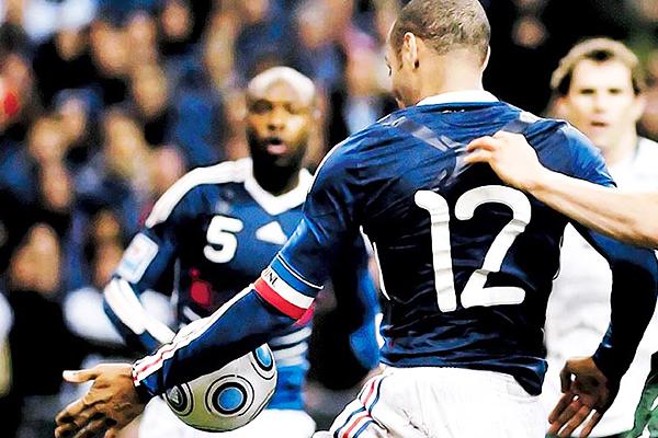 La mano de Thierry Henry que generó mucha polémica en el Irlanda - Francia (Foto: EFE)