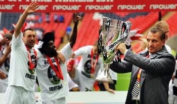 En la última temporada, Swansea ganó el play off y ascendió a la Premier League. De paso, se convirtió en el primer equipo galés en jugar en la máxima categoría del fútbol inglés. Aquí, su técnico Brendan Rodgers alza el trofeo (Foto: Reuters)