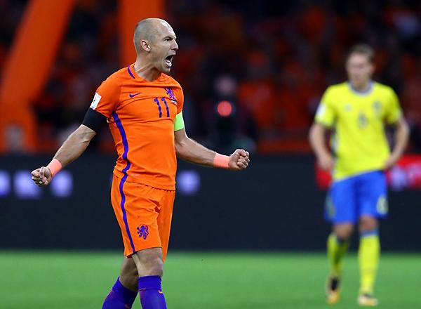 Arjen Robben anotó un doblete, pero no le alcanzó para llevar a Holanda al Mundial. Sobre el final, se retiró. (Foto: Getty Images)