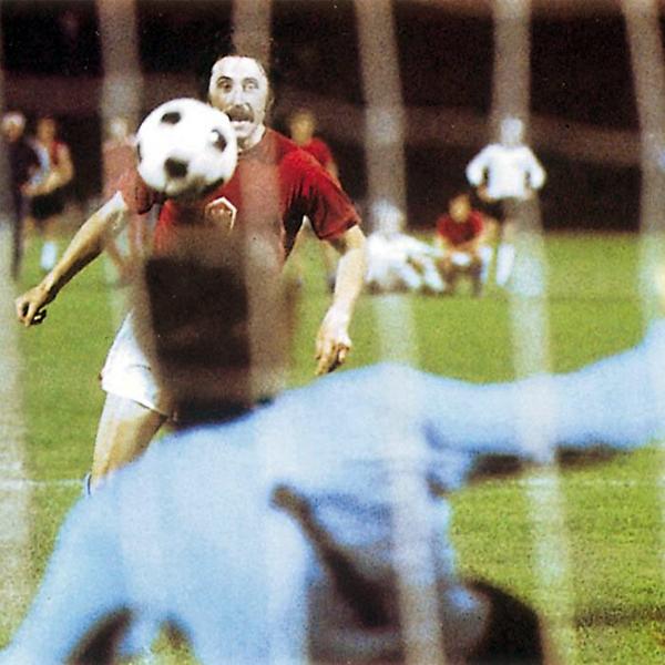 Antonín Panenka en su momento cumbre, superando de penal a Sepp Maier en la final de la Eurocopa de 1976 (Foto: elfutbloglin.com)