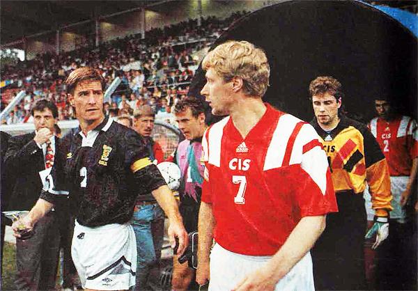La CIS recibió la aprobación de la FIFA en 1992 y pudo clasificar a la Euro de Suecia 1992, torneo en que enfrentó a Escocia. (Foto: lagaleriadelfutbol.blogspot.com)