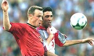 Hakan Sukur la lucha con Joos Valgaeren la noche cuando Turquía venció 0-2 a Bélgica y la eliminó de la Euro 2000 (Foto: bbc.co.uk)